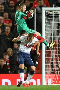 Manchester United's Spanish goalkeeper David de Gea claims a high ball during the English Premier League football match between Manchester United and. Soccer Art, Manchester United Soccer, Soccer World, English Premier League, Football Match, Man United, Tottenham Hotspur, Goalkeeper, Football Players