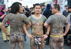 Tre uomini arrivati da Taiwan in posa al festival internazionale del tatuaggio a Francoforte, in Germania. Più di 600 'artisti' del tatuaggio sono arrivati da tutto il mondo per mostrare le loro opere. Nello stesso giorno un altro grande evento per il mondo del tatuaggio si tiene a Wat Bang P