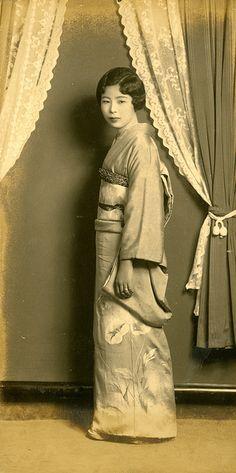 vintage everyday: 32 Vintage Portraits of Beautiful Japanese Women Dressing in Kimonos from the Vintage Japanese, Japanese Girl, Japanese Beauty, Japanese Style, Samurai, Mode Kimono, Traditional Japanese Kimono, Ghost In The Machine, Japanese Photography