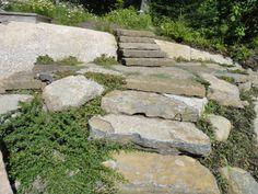 Pouvez-vous sentir la chaleur dans cette image? Les pierres taillées sont vraiment parfaites pour donner une allure rustique à un extérieur. Rien ne vaut les matériaux naturels! Un projet d'aménagement paysager par Maxhorti au Québec. #Landscaping