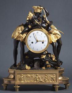 """Pendule : """"L'indien et l'indienne enlacés"""", Importante pendule en bronze patiné, doré,  surmontée d'un couple d'indiens enlacés. Cadran signé de DEVERBERIE. Vers 1800. Dimensions : 56 x 44 cm"""