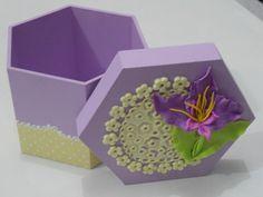 Caixa sextavada de MDF decorada com biscuit