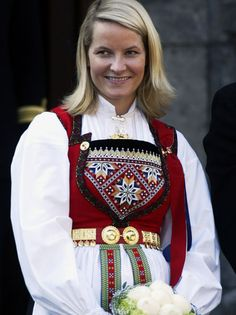 From gray mouse to fashion princess - Happy Day PEOPLE THE PRINCESS: Crown Princess Mette-Marit has several costumes. This is from the May celebrations at Skaugum in © Scanpix Ethnic Fashion, Boho Fashion, Folk Costume, Costumes, Norway Viking, Beautiful Norway, Medieval Dress, Summer Outfits Women, My Heritage