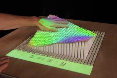 Inform: Una pantalla Shape interactivo dinámico que Renders Físicamente contenido 3D