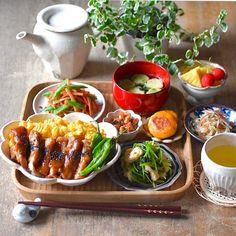 """ひろσ(´~`*) on Instagram: """"☆ 🍴三色丼→鶏のピリ辛味噌照り焼き、炒り玉子、ししとう 🍴三つ葉と油揚げのめんつゆおひたし 🍴バターきんぴら→ごぼう、にんじん、しめじ 🍴煮豆→大豆、にんじん、ちくわ、しいたけ 🍴チーズいりかぼちゃもち 🍴わかめとお麩のお吸い物🍴大根とみょうがのサラダ…"""" Asian Recipes, Healthy Recipes, Breakfast Lunch Dinner, Aesthetic Food, Food Menu, Food Presentation, Japanese Food, Food Inspiration, Love Food"""