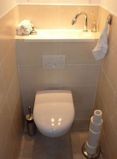 Le W.-C. suspendu avec lave-mains de Wici est associé à un bâti-support Geberit autoportant de faible hauteur.