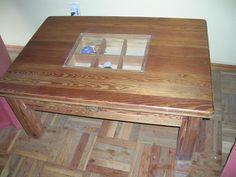 Mesa de pinotea nueva producida con madera restaurada.