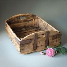 Old wood box ideas rustic crates 32 Ideas Old Wooden Boxes, Wooden Crates, Wood Boxes, Wood Pallets, Wood Tray, Small Wood Projects, Scrap Wood Projects, Woodworking Projects, Pallet Crafts
