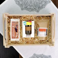 Pántos tetős fadobozos ajándékcsomag faforgáccsal. A dobozban: szálas kínai fekete tea /Lapsang Souchong/, duplafalú üveg hordozható termoszpohár parafa fogó résszel /KeepCup Brew Cork/, single origin arabica szemes kávé különlegesség: Nepál Mount Everest Supreme. Lapsang Souchong, Coron, Mount Everest, Brewing, Gourmet