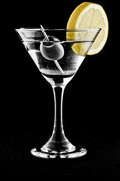 Pura delicia y sofisticación: el Vodka Martini Extra-Dry. Es un trago corto y se bebe como aperitivo antes del almuerzo o la cena.  Ingredientes para una copa:  - 7 cl de José Ignacio Vodka - 1,5 cl de vermut seco - Aceitunas verdes o 1 rodaja de limón - 5 o 6 cubos de hielo  Añade el hielo en una coctelera, seguido del vodka y el vermut. Agita bien y cuela en un vaso de martini. Adornalo con las aceitunas o el limón.  Mmmm... Salud!