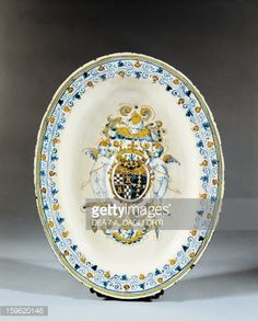 Plate decorated with coat of arms, ceramic, Faenza manufacture, Emilia-Romagna. Italy, 17th century.