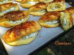 Poğaça - kukuričné taštičky ( 500 gmúka hladká  3 PLcukor práškový  1,5 ČLsoľ  2 ksvajce  250 g (alebo margarín)maslo  50 g čerstvédroždie  1-1,25 dl vlažnávoda Plnka:  250 g polotučnýtvaroh  2 PLjogurt biely (3,5 %)  1-2 PLcukor kryštálový  1 hrsť čerstvýkôpor  štipkasoľ