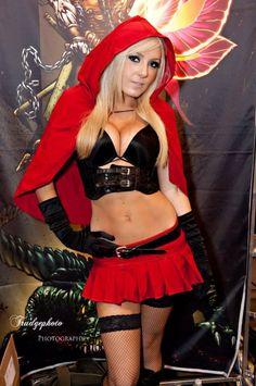 En caso que te has perdido en el día 3 en Phoenix Comic Con, Jessica Nigri estaba en su pequeño traje de Caperucita Roja para Zenescope Entretenimiento