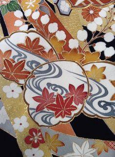 水に関連する着物の文様をご紹介いたします。龍田川(たつたがわ)/流水と紅葉を組み合わせた文様です。奈良県生駒郡を流れる龍田川は多くの歌に詠まれた名所で、龍田川文は元来、これらの詩歌を背景に龍田川を表現した文芸意匠でした。着物の文様は動植物や器物、幾何学模様など多岐にわたります。和装衣裳選びの際に、着物の文様もぜひ参考にしてみてください。