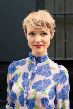 """How to style the Pixie cut? Despite what we think of short cuts , it is possible to play with his hair and to style his Pixie cut as he pleases. For a hairstyle with a """"so chic"""" and pointed… Continue Reading → Shaggy Pixie Cuts, Pixie Cut With Bangs, Short Pixie Haircuts, Haircuts With Bangs, Cute Hairstyles For Short Hair, Short Hair Cuts For Women, Pixie Hairstyles, Medium Hairstyles, Haircut Short"""