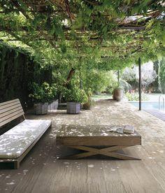 Lomalla kaiken aikaa. Välimeren tuntua pihalle voi loihtia lämpimillä väreillä ja sommitelmilla. Supergres - Ande, Lima ja Quite, 15 x 15 cm, ABL-Laatat 39,80 €/m².