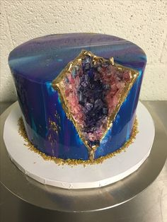 30 Beautiful Geode Cakes And How to Make Your Beautiful Geode Cakes And How to Make Your - Mirror Glaze Cakes - The Recipe Of A Pro - Mirror Glaze Cakes - The Recipe Of A Pro ArtMirror Glaze Cake Mirror Glaze Recipe, Mirror Glaze Cake, Mirror Cakes, Cake Glaze, Desserts Roses, Chocolate Mirror Glaze, Galaxy Cake, Geode Cake, Crystal Cake