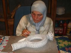 Mujer pintando una vasija de barro - Turquia