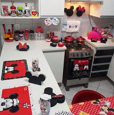 Mickey mouse home decor kitchen. Are you looking for ideas for your Mickey mouse kitchen? This kitchen seems to cover everything. Cozinha Do Mickey Mouse, Minnie Mouse Kitchen, Mickey Mouse House, Mickey Minnie Mouse, Disney Kitchen Decor, Disney Home Decor, Kitchen Themes, Disney Crafts, Disney Gift