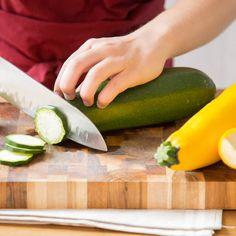 Zucchini landen geraspelt und mit Feta vermischt in der Pfanne und werdenals fluffige Puffer ausgebacken. Dazu lädt frisches Tzatziki zum Eintunken ein.
