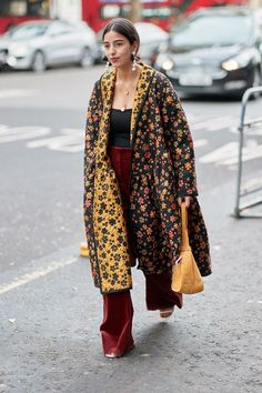 The Latest Street Style From London Fashion Week Love this! Colirs and floral. The Latest Street Style From London Fashion Week Moda Fashion, Trendy Fashion, Winter Fashion, Fashion Outfits, Fashion Trends, Fashion Fashion, Classy Fashion, Cheap Fashion, Party Fashion