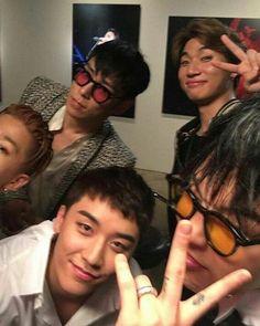 tag yourself im barely-visible youngbae lmao Daesung, Gd Bigbang, Bigbang G Dragon, Choi Seung Hyun, Yg Entertainment, Big Bang Kpop, Bang Bang, Gd & Top, G Dragon Top