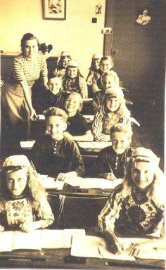 Marken klassefoto 1949 vrij veel kinderen nog in klederdracht. Vanaf zo ongeveer 1984 zie je ineens niemand meer in klederdracht...
