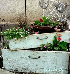 Vertical Gardens Instead of clothes, uses rustic dresser drawers to hold your flowers. Stack two (or more!) on top of each other to turn it into a vertical garden. - You're going to want a bathtub, bicycle, and birdcage ASAP. Rustic Gardens, Outdoor Gardens, Unique Gardens, Outdoor Projects, Garden Projects, Ideas Para Decorar Jardines, Old Drawers, Dresser Drawers, Green Drawers