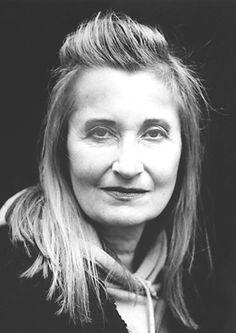 """Elfriede Jelinek .""""Pelo fluxo musical de vozes e contra-vozes em romances e peças de teatro que, com extraordinário zelo linguístico, revelam o absurdo dos clichês da sociedade e seu poder de subjugar"""".País: Áustria.Ano da premiação: 2004"""
