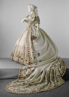 1860-1865, United Kingdom - Court dress - Silk and silk tulle decorated with hand and machine embroidery, ribbons and silk gauze