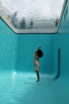 実際はガラスの上に深さ約10cmの水が張られているだけで、中には人が出入り出来るようになっています。下から見上げるとあたかもプールの底から地上を見つめているような不思議な気分に。