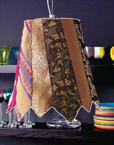 Odważna, ale bardzo praktyczna - lampa z krawatów. Jeśli w Twojej szafie zalegają stare krawaty dziadka, taty czy męża/chłopaka :) wykorzystaj je i uszyj oryginalny abażur z krawatów... Efekt oszałamia :):):)