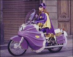 The Bike's the star ! Yvonne Craig as Batgirl on The Batman TV series, The Batgirl cycle has fringes! Batwoman, Batman And Batgirl, Batman E Superman, Batman Y Robin, Batman 1966, Batman Batmobile, Yvonne Craig, Batman Tv Show, Batman Tv Series