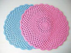 Tons de azul e rosa que estão super em alta, trazendo delicadeza à sua mesa!    100% algodão medindo 28 cm    Se quiser em outras cores e tamanhos, envie uma mensagem e a Crocheteria produz para você!    FRETE GRÁTIS!!!