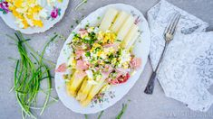 Witte asperges met boterjus, beenham en gekookte eitjes, simpeler kan bijna niet. Lekker is het wel. Vandaag dit recept zonder poespas!