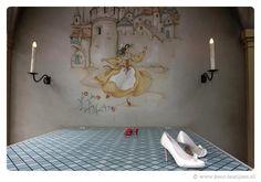 De witte schoentjes van Marjolein van der Muren-Gulinski bij de Rode Schoentjes in het Sprookjesbos.