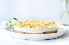 Een no-bake vegan kokos limoencheesecake met een crunchy bodem en een zijdezachte friszoetelimoenvulling die wegsmelt op je tong. Love!