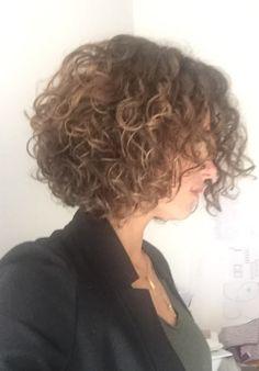 Cheveux courts bouclés