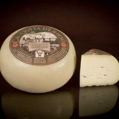 """CASCIOTTA D'URBINO D.O.P. Formaggio grasso, di breve stagionatura, a pasta molle. È Casciotta, con la """"s"""", per l'errore di un impiegato ministeriale. Oggi, però, il nome distorto dà forza all'unicità di questo formaggio marchigiano prodotto nelle province di Pesaro ed Urbino. È di latte misto pecora e vacca. Si inquadra tra le paste molli. Anticamente """"cacina"""", si presenta come piccolo cacio dall'aspetto elegante, lucido con aromi medio bassi che favoriscono un consumo generalizzato."""