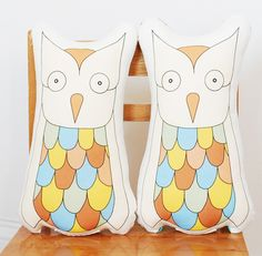 {printed owl pillows} by kate durkin....                 Mary, you can make these ;)