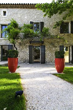 In der Provence, in den Alpilles, befindet sich ein Bauernhaus aus dem Jahrhundert, das von Gérard Faivre modernisiert wurde. Exterior Design, Interior And Exterior, Ranch Exterior, Stone Exterior, Exterior Shutters, Wall Exterior, Landscape Design, Garden Design, French Country House