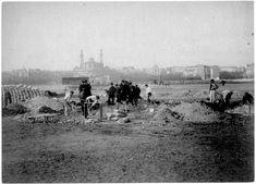 La Tour Eiffel, demarrage de la construction sur le Champ-de-Mars en février 1887.