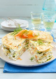 Pfannkuchen-Torte mit Lachs Bake 5 pancakes, layer with salmon cream cheese and fried vegetables into a cake – the hit for the Sunday brunch is ready. Cheese Appetizers, Yummy Appetizers, Party Finger Foods, Party Snacks, Party Buffet, Party Platters, Cake Sandwich, Veggie Recipes, Healthy Recipes