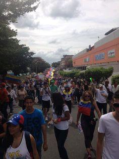 así marcharon los futuros bachilleres de distintos colegios #Guayana. pic.twitter.com/ymqPluDIxe
