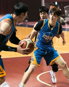 Recently, a series of photos of ASTRO's Cha Eunwoo burning it up on the basketball court have been circulating online and driving everyone wild. Ladies Day, Basketball Boyfriend, Cha Eunwoo Astro, Lee Dong Min, Asian Cute, Cha Eun Woo, Kdrama Actors, Drama Korea, Gong Yoo