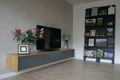 Ontwerp by Flow Design www.flow-design.nl   modern zwevend audiomeubel   tv-meubel   antraciet eiken   pronkrek zwart VTWonen   op maat gemaakt door Ten Brinke Interieurs http://www.tenbrinke-interieurs.nl/