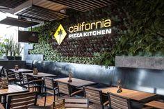 California #Pizza #Kitchen inaugura una #terraza #sustentable, la cual cuenta con un muro #verde con más de 700 plantas de sombra y está construida con 2,247 botellas #recicladas de plástico. #Hogaressauce.