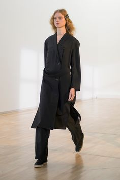 26. Trench dress and two-pleated pants in lightweight virgin wool, espadrille boots in cotton denim, double barrette in bronze and enamel #lemaire