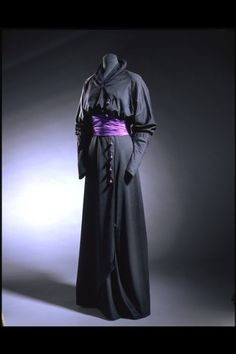 Mourning Dress, 1910-1912, cashmere and silk, Victoria and Albert Museum.