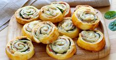 Prosciutto, Spinach and Cheese Pinwheels - Gourmandize Puff Pastry Pinwheels, Puff Pastry Appetizers, Puff Pastry Recipes, Best Appetizer Recipes, Spinach And Cheese, Snacks Für Party, Quick Easy Meals, Finger Foods, Brunch